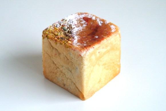 とちおとめの自家製ジャムとカスタードクリーム入りキューブパン「とちおとめのクリームパン」