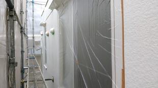 外壁サイディングの洗浄の様子です。 経年の汚れや藻類を除去。