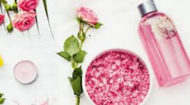 فوائد ماء الورد للوجه مع النشا 8 ماسكات لتنظيف ونضارة البشرة طبيعية