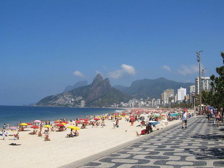 800px-Sunny_day_at_Ipanema_beach