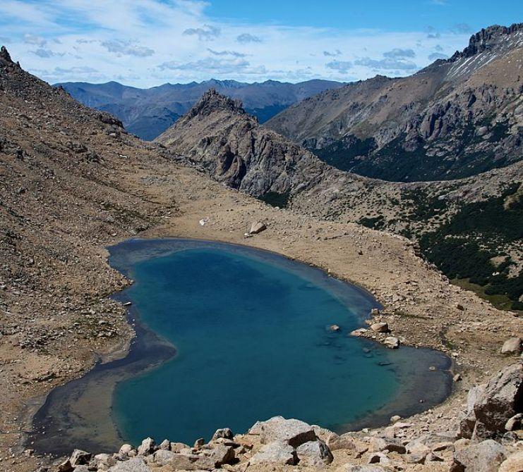 664px-Argentina_-_Bariloche_trekking_087_-_apline_lake_(6797937717)