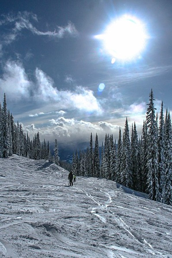 400px-A_day's_skiing_at_spedtacular_Mt_Revelstoke_-_Noth_Americas_biggest_vertical_drop_at_1713m_(5620_ft)_-_at_the_end_of_a_perfect_day_-_(28290192503)