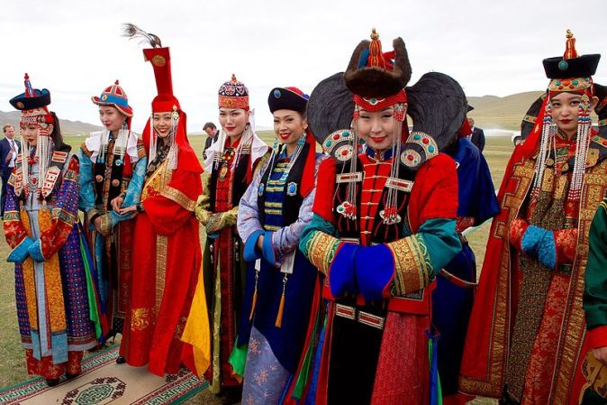Men_and_Women_in_Traditional_Mongolian_Dress_Look_on_as_Secretary_Kerry_Attends_a_-Mini-Nadaam-_at_a_Field_Outside_of_Ulaanbaatar_(27506837976)