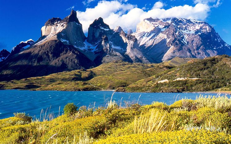 800px-Cuernos_del_Paine_from_Lake_Pehoé
