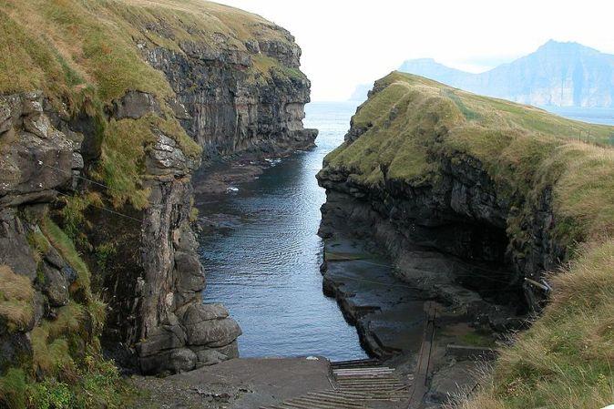 800px-Cleft_of_Gjógv,_Faroe_Islands