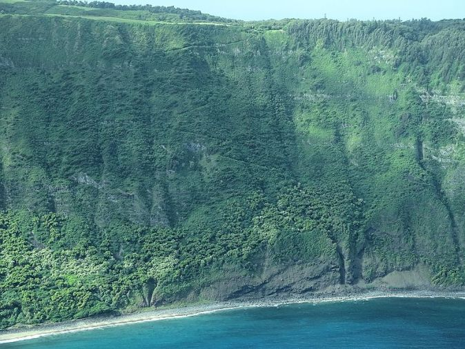 Zig_Zag_Mule_Trail_to_Kalaupapa_on_Molokai_Cliff_Face_James_Brennan_Hawaii_-_panoramio