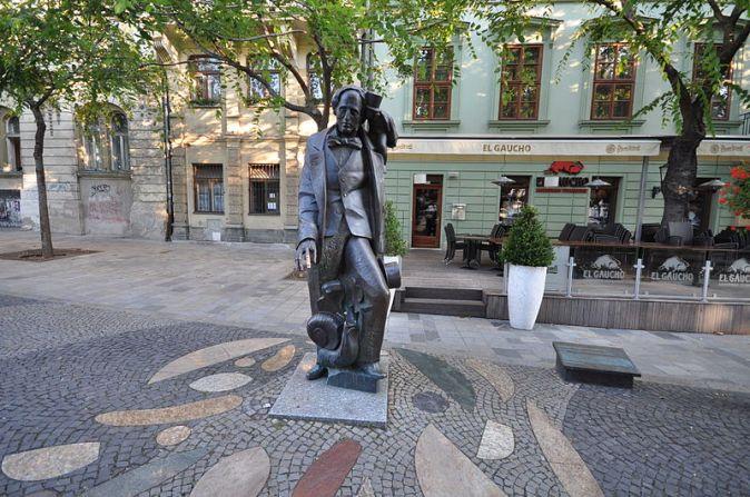 Hans_Christian_Andersen_statue_on_Hviezdoslavovo_Square_(10267387275)