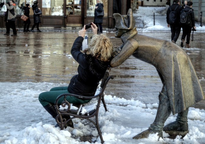 selfie_statue_city_tourism_bratislava_character_street_girl-826190.jpg!d