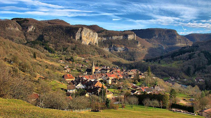 Mouthier-Haute-Pierre,_le_village_devant_les_gorges_de_la_Loue