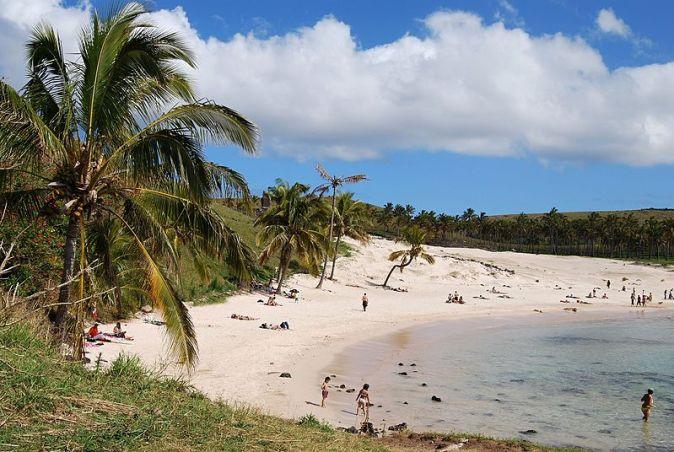Pláž_Anakena_Beach_-_Velikonoční_ostrov_-_panoramio