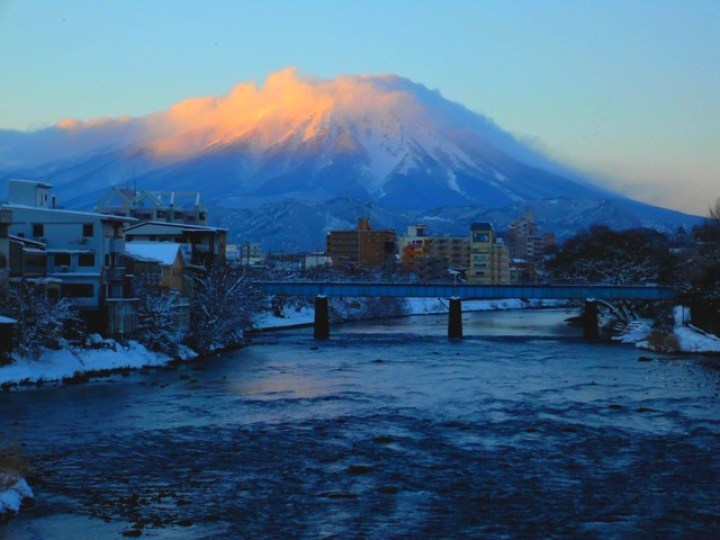 Mt._Iwate_2038mH_from_the_Yugaose-bashi_Bridge_in_Morioka_-_panoramio