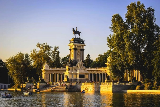 parque-del-retiro-madrid-spain-lake