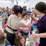 Руководитель школы Янина Венгер раздает подарки