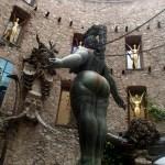 Внутри Музея Сальвадора Дали в Фигерасе, скульптуры