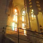 Внутри Саграда Фамилия-витражное великолепие, окна храма