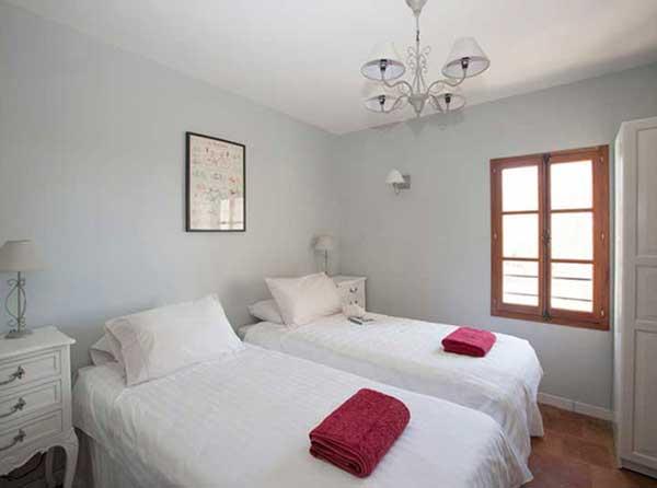 art retreat accommodation twin bedroom