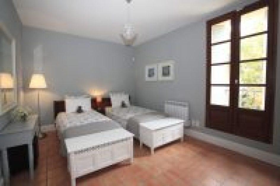Art holiday accommodation twin bedroom