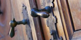 cat-kayu-untuk-pintu-antik
