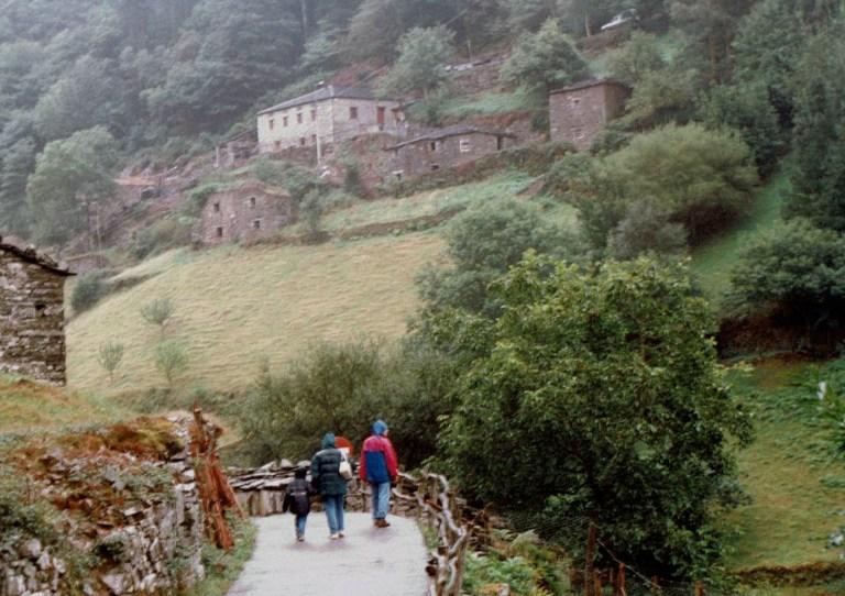 Camino hacia el pueblo etnografico de Teixois