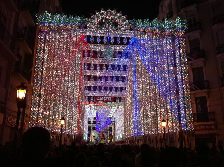 Calles iluminadas en Fallas