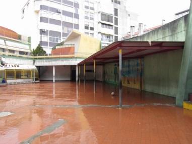 Falta de sombreamento e proteção para a chuva para as cerca de 400 crianças que frequentam a escola