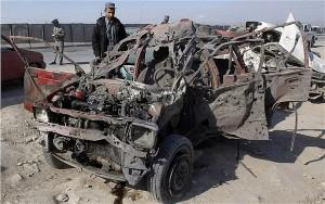 Un soldado afgano observa un coche bomba detonado en el aeropuerto de Jalalabad por el Taliban. Los restos son siempre fácilmente identificables... excepto en Buenos Aires... porque no hubo tales coche-bombas.