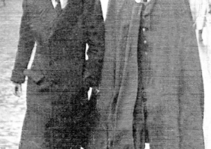Capitán de la Real fuerza Aérea italiana. lorenzelli, de uniforme, caminando junto al conde Biscarretti, su socio, tambiñen ingeniero (1942)