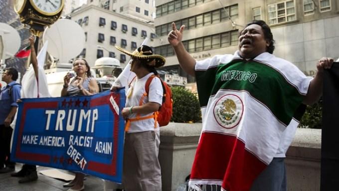 un-grupo-de-personas-que-protest-contra-los-comentarios-hacia-los-inmigrantes-que-ha-hecho-donald-trump