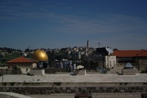 Dome of the rock to the left, El-Asqa mosque to the right