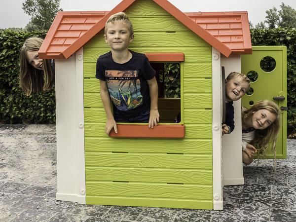 4 kleinkinderen in het speelhuis