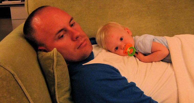 bayi yang sedang sakit dirawat oleh ayahnya