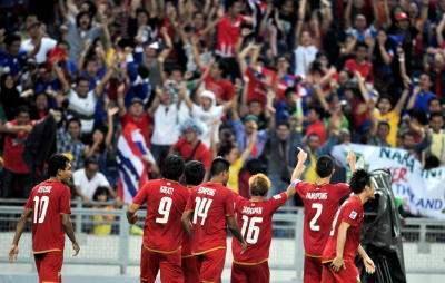 SERI... Pemain Thailand gembira setelah berjaya menjaringankan gol penyamaan pada perlawanan separuh akhir pertama di antara Malaysia menentang Thailand pada Kejohanan Piala Suzuki AFF 2012