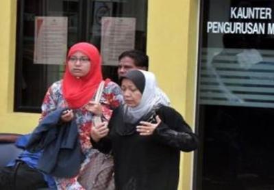 SEBAK… Ahli keluarga Timbalan Ketua Pengarah Kastam, (Perkastaman/Cukai Dalam Negeri) Datuk Shaharuddin Ibrahim ketika menunggu di luar bilik mayat di Hospital Kuala Lumpur pada Jumaat.Allahyarham Shaharuddin, 58, yang tinggal di Dengkil, Selangor, mati ditembak ketika dalam perjalanan ke pejabatnya di Putrajaya.-