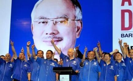 """Pengerusi Barisan Nasional (BN) Datuk Seri Najib Tun Razak bersama calon-calon dan jentera BN melaungkan """"Hidup Barisan"""" selepas membentangkan Manifesto BN Untuk Selangor di Pusat Konvensyen Shah Alam (SACC) di sini malam ini.Bertemakan 'Keamanan, Kestabilan dan Kemakmuran' menjanjikan masa depan gemilang Selangor, menggariskan tujuh teras dan 56 akujanji kepada penduduk Selangor."""