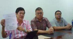謝松清(左)辭去馬華柔州投訴局主任職,但強調沒有辭去黨職,他的服務中心仍會繼續運作,但他將以新的服務團隊名稱來服務。中及右為鄭存雄和潘偉文。
