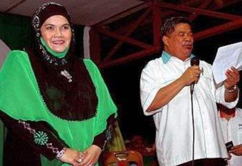 Timbalan Presiden PAS, Mat Sabu (kanan) mengumumkan Aishah sebagai calon PRU-13 bagi Parlimen Jempol. Aishah tewas kepada Isa Samad.