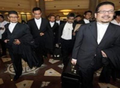 PRESIDEN Persatuan Peguam Muslim Malaysia, Datuk Zainul Rijal Abu Bakar (kanan) bersama barisan peguam keluar dari Mahkamah Rayuan Putrajaya, hari ini. Mahkamah Rayuan di sini hari ini memutuskan Gereja Katolik dilarang menggunakan kalimah Allah dalam penerbitan akhbar mingguannya The Herald.