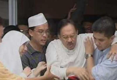Azmin papah Anwar Gambar lama yang dikongsi semula di Internet memaparkan Mohamed Azmin sedang memapah Anwar.