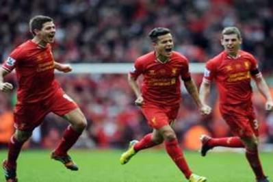 Coutinho (tengah) meraikan jaringannya bersama dengan rakan pasukan, Jon Flanagan (kanan) dan Steven Gerrard.
