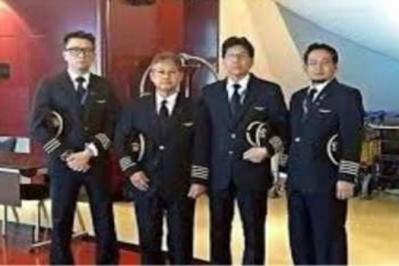 Missman (dua dari kanan) bersama pembantu juruterbang MH6129 yang membawa 20 jenazah mangsa nahas MH17