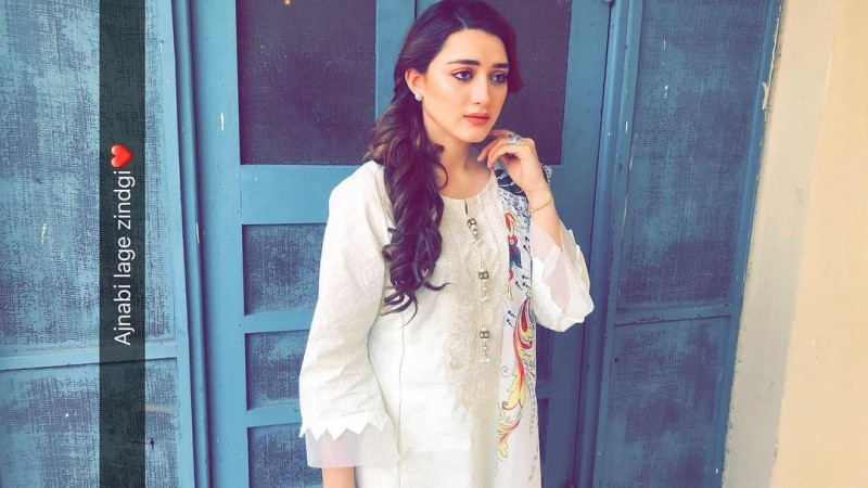 Momina Iqbal Biography Dramas Height Age Family Net Worth
