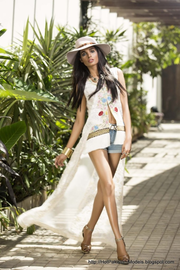 Amna-Ilyas-and-her-legs