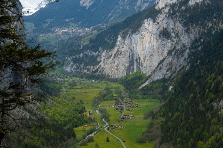 Lauterbrunnenin laakso sijaitsee Sveitsin Alpeilla