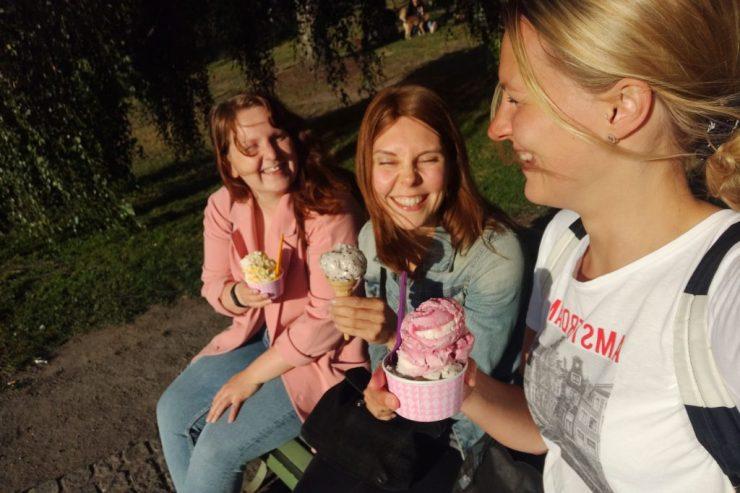 Ystävien kanssa jäätelöllä