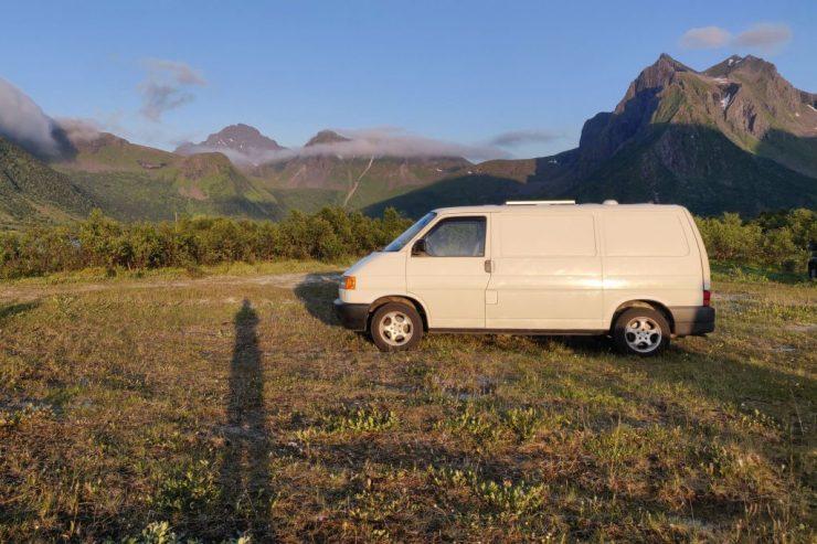 Tämän vuoden kesälomareissu on nyt taputeltu, kuvassa reissupaku Lofooteilla ilta-auringossa