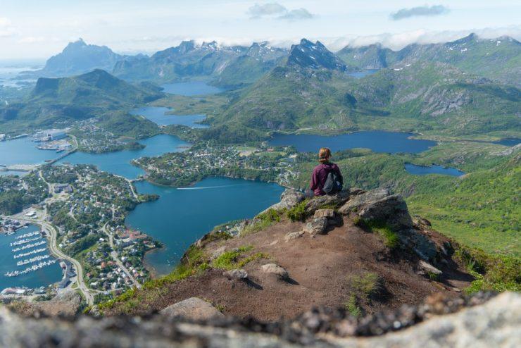 Maisema Svolvaerin kylää kohti Fløyalta, Lofootit, Norja