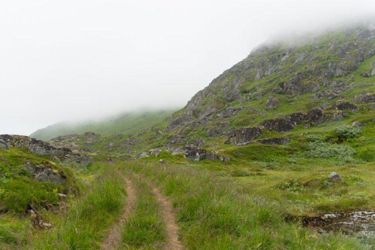 Sumuinen polku Himmeltindenille Lofooteilla