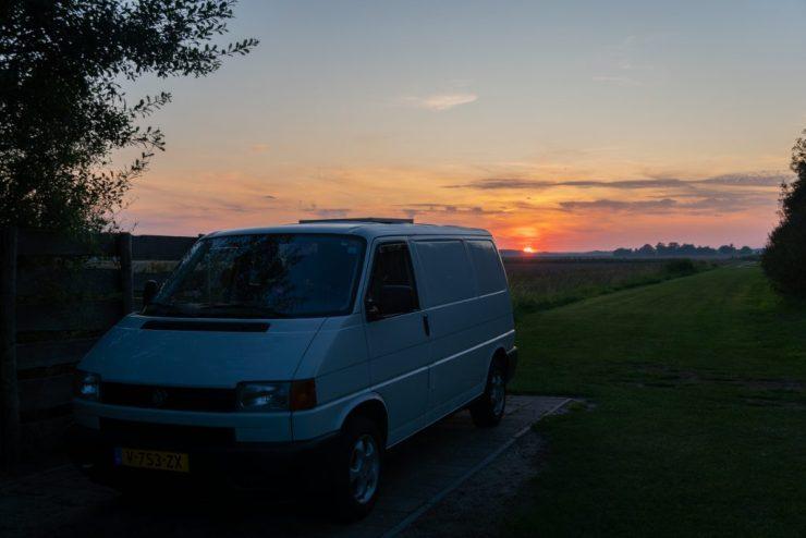 Reissupaku auringonlaskussa Texelissä