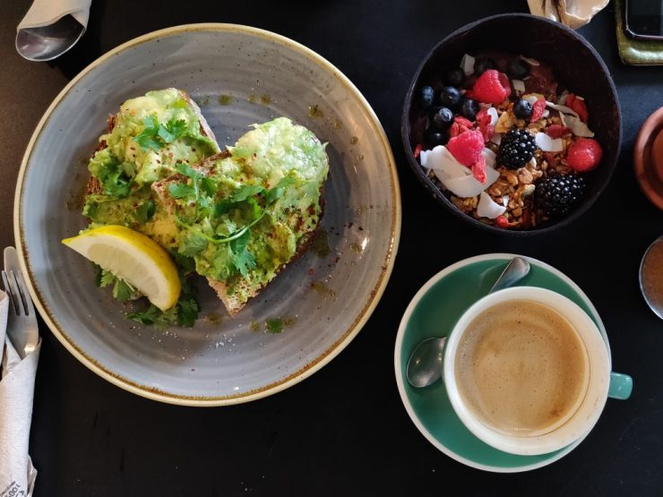 LULUssa aamupalalla, avokadoleipä, acai bowl ja cafe con leche