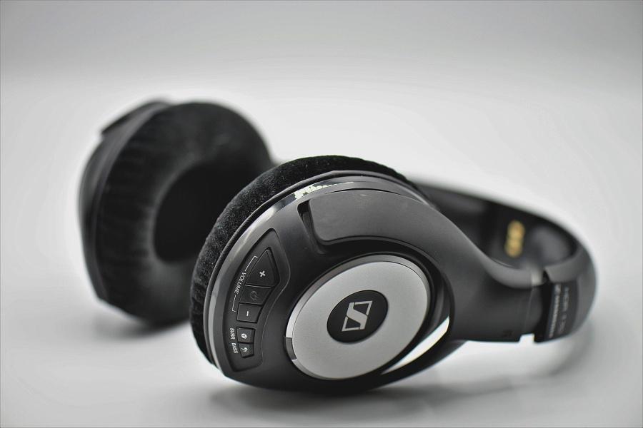 słuchawki leżące na blacie
